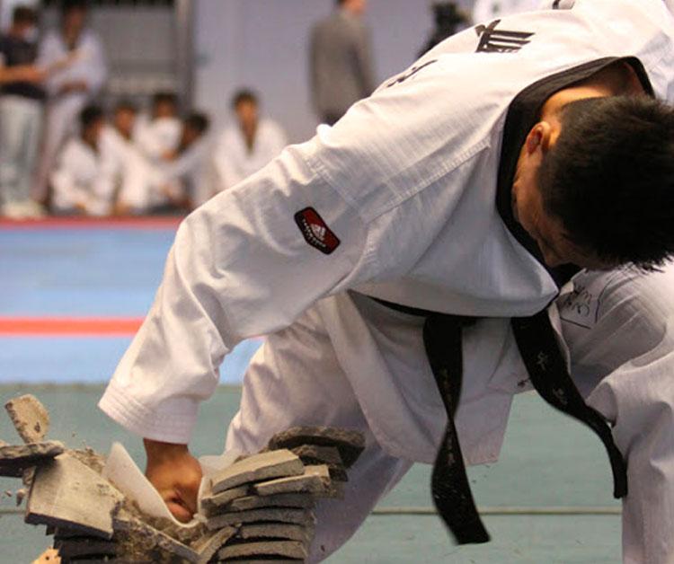 テコンドーの競技 パワーブレイキング《威力》新宿早稲田ハナロテコンドースクール